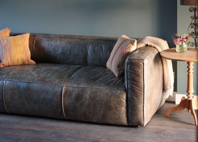 Vintage fauteuil met ijzeren frame, houten leuningen en mooie bruin ...
