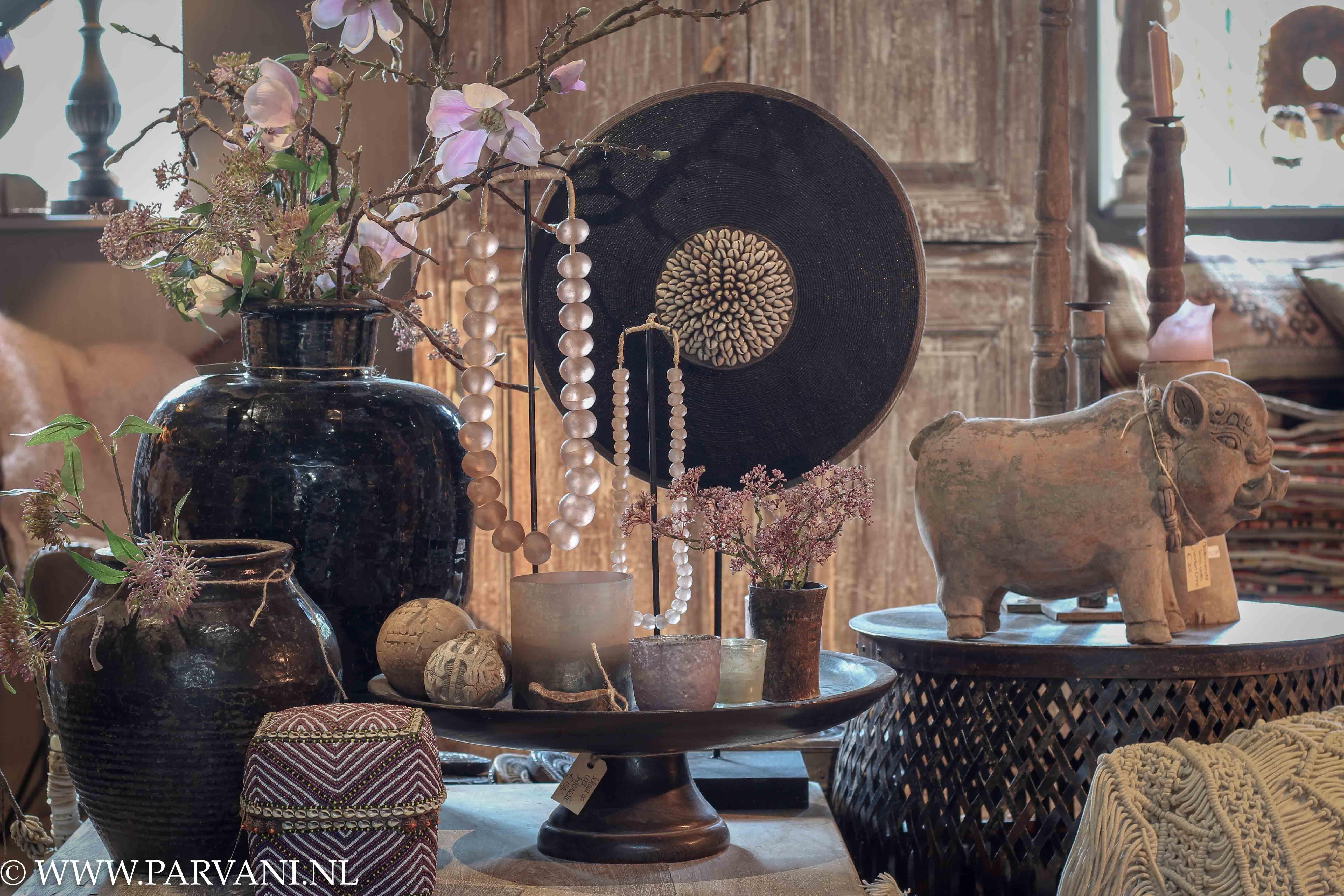 Chinees aardewerk potten, kralenketting op standaard, kralenmandjes, aardewerk varken